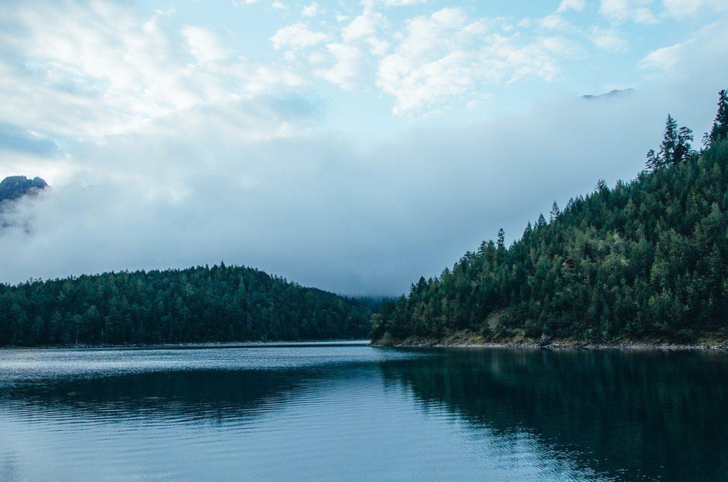 湖,山,霧