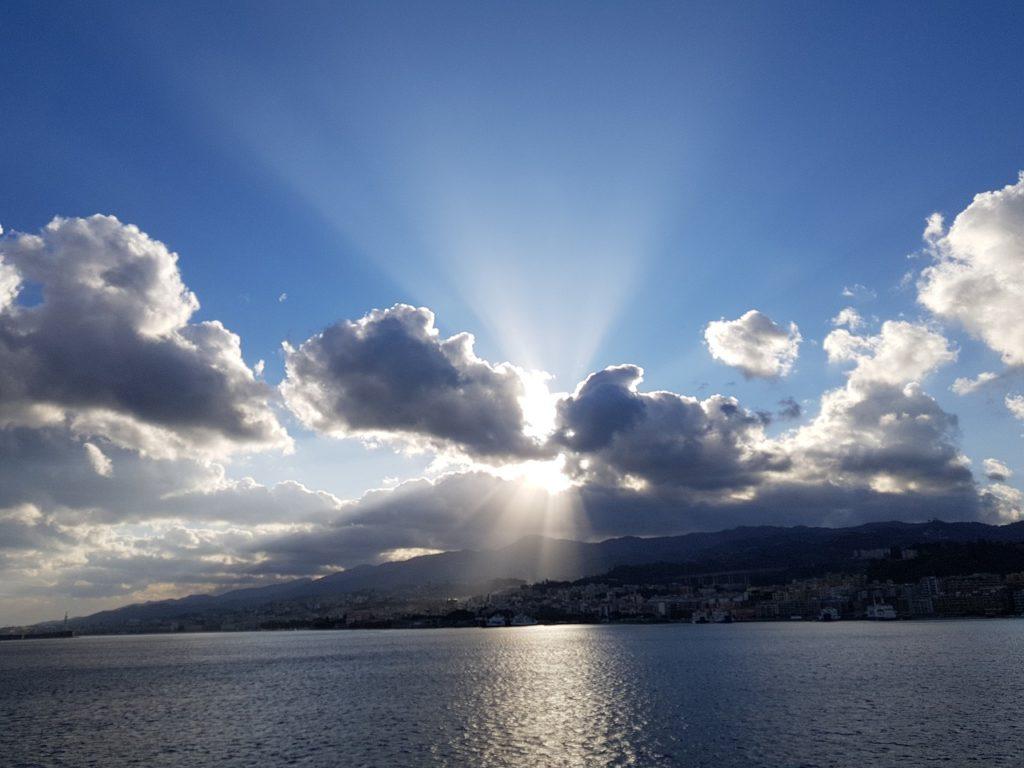 湖,雲,陽の光