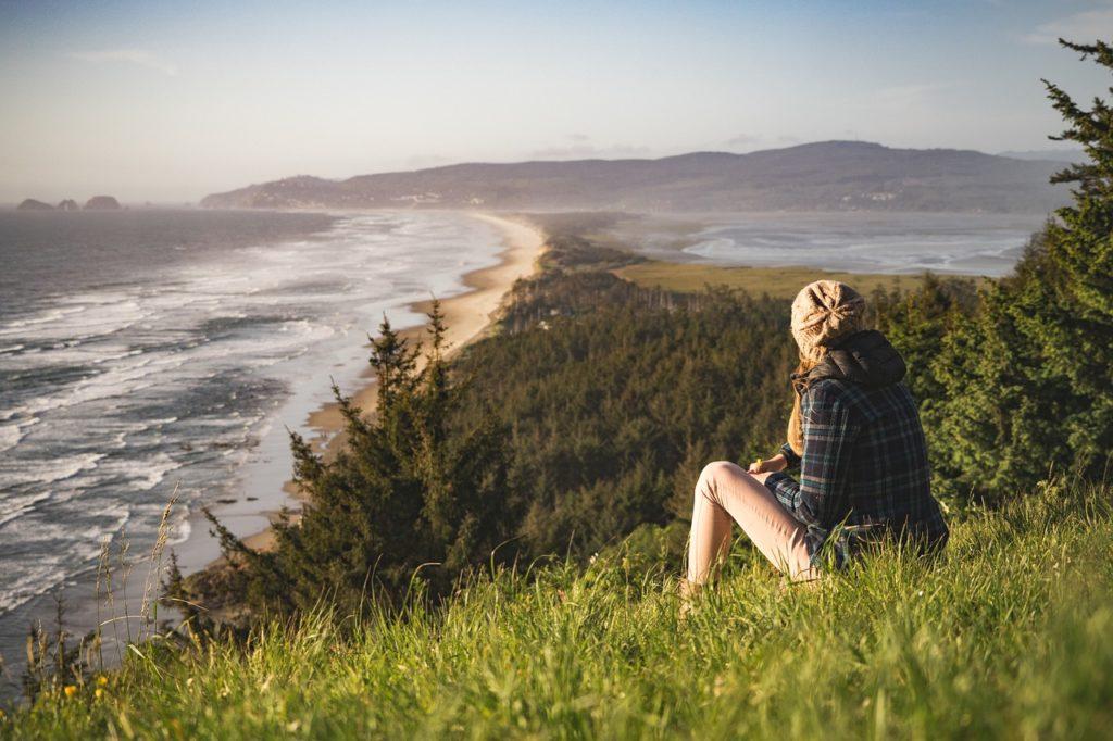 遠い海を眺める女性