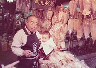 小島靖久,祖父