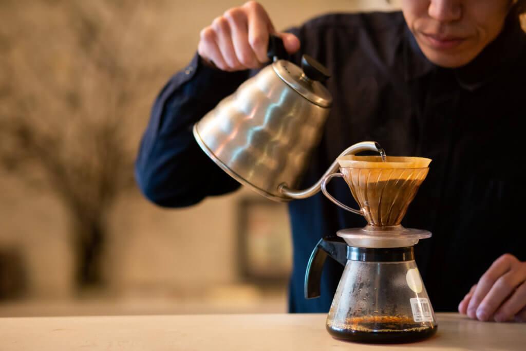 JAMCAFEのオーナーがコーヒーをいれている様子